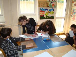 Ученици в час по тактилно творчество