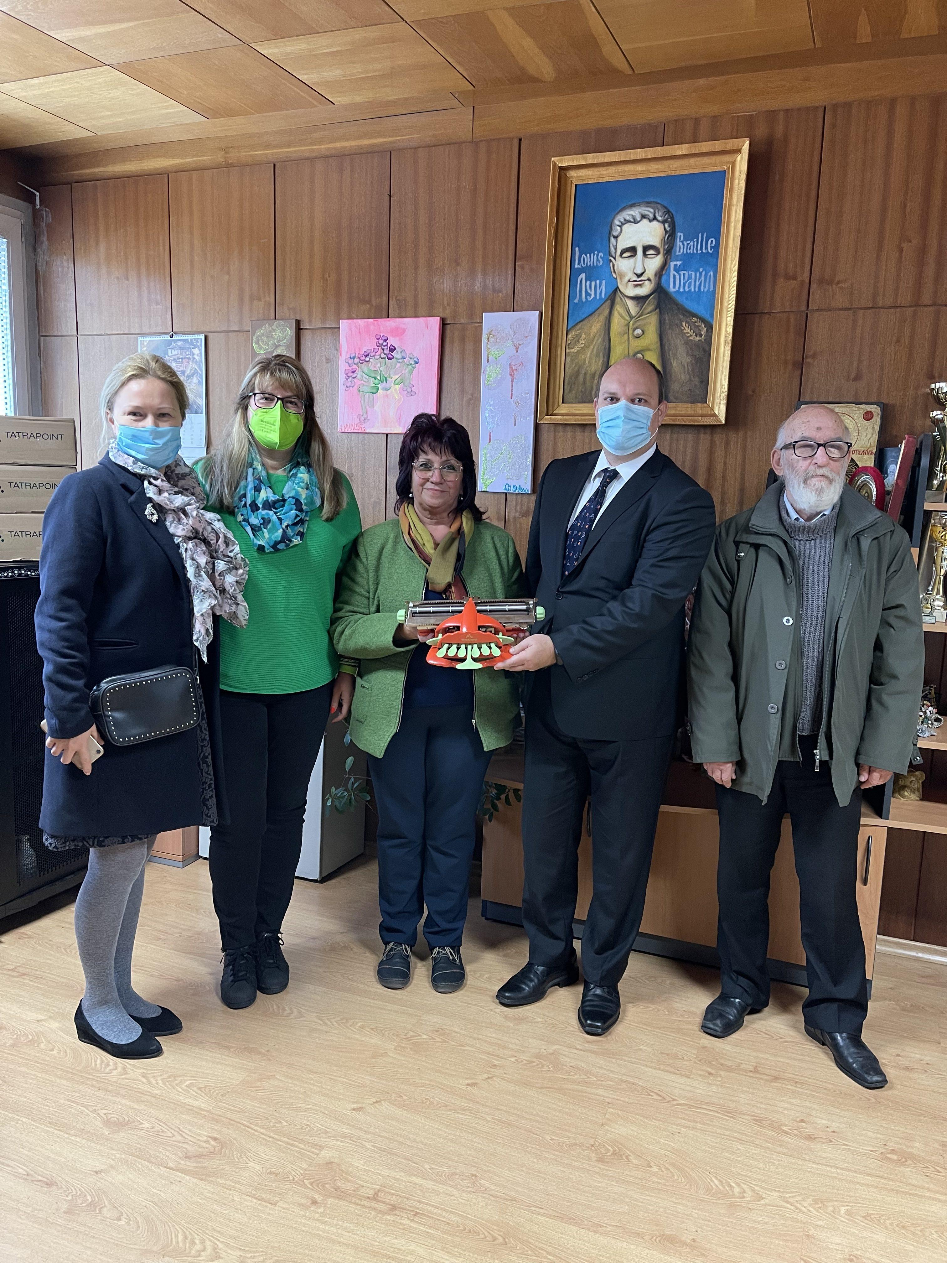 На снимка от ляво на дясно са г-жа Ивана Марксфелдова, г-жа Десислава Ралчева, г-жа Елка Белокапова, Н.Пр. г-н Мануел Корчек и г-н Любомир Велков